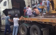 Cuộn thép nặng 25 tấn đâm thủng cabin xe đầu kéo