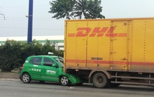 Taxi ủi xe tải gần 40 m trên xa lộ Hà Nội