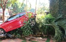 Lùi xế hộp gây tai nạn, nữ tài xế hoảng loạn