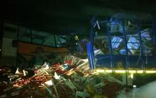 """Xe buýt """"húc"""" xe tải, 71 người thiệt mạng"""