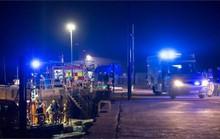 Xe lao khỏi bến tàu, 5 người một nhà chết thảm