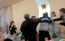 Cô dâu giơ ngón tay thối, bị bố chồng đánh giữa đám cưới
