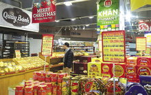 Bánh kẹo ngoại làm sôi động thị trường Tết Việt