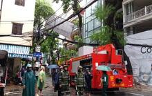 Nhiều tuyến phố Hà Nội tê liệt vì bão số 1