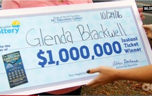 """Mua vé số để """"dạy chồng"""", vợ bất ngờ trúng 1 triệu USD"""