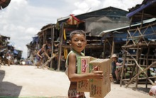 Xóm Việt kiều Campuchia nhận quà tặng từ Việt kiều Mỹ, Canada