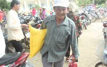 Gần 1.000 người dầm mưa đến nhận quà từ gia đình trúng số 92 tỉ