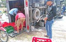 Hàng chục người dân phụ gom bia cho xe tải bị lật