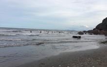 Về quê đi tắm biển, nữ sinh lớp 8 bị nước cuốn tử vong