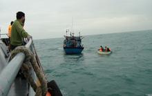 Cứu 9 nhà khoa học cùng 4 thuyền viên gặp nạn trên biển