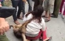 """Ăn trộm chó, một phụ nữ bị đánh """"hội đồng"""""""