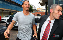"""Ibrahimovic gây """"sốt"""" từ sân tập đến khách sạn"""