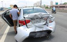 Đổ dốc cầu, xe khách đâm đuôi xe con biến dạng