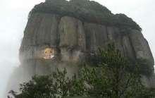 Cô gái vẽ chân dung bạn trai trên vách núi để tỏ tình