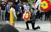 Chàng trai mang vòng hoa tang đi tỏ tình bạn gái