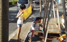 Bức ảnh cô bé lấy khăn che nắng cho bố sửa xe gây xúc động