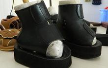 Rơi nước mắt với những chiếc giày kỳ dị