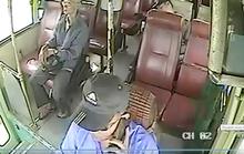Người tố cáo tài xế xe buýt nghe điện thoại bị đuổi việc