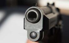 Bé gái 5 tuổi tự bắn súng xuyên ngực