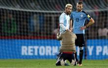 Messi lại bị fan cuồng vái lạy giữa sân