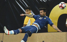 Cứu bóng, Lavezzi té gãy tay