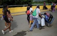 Túng quẫn, phụ nữ Venezuela vượt biên bán tóc