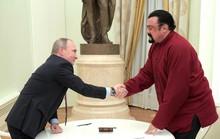 Tổng thống Putin trao hộ chiếu công dân Nga cho tài tử Mỹ