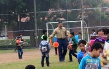 Trẻ em SOS chơi bóng với Thủy quân lục chiến Mỹ