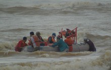 Nghẹt thở giải cứu 4 thuyền viên, 5 người còn mất tích