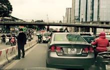 Xác định thanh niên trên Honda Civic tiểu bậy giữa phố Hà Nội
