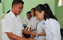 Tặng học bổng cho học sinh nghèo