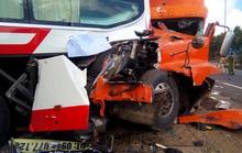Xe tải tông xe khách cùng lao vào nhà dân
