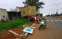 Nổ lốp, xe container ủi thẳng vào nhà dân
