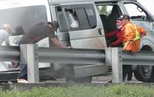 Xe khách nổ bánh trên cao tốc, 6 người cấp cứu