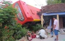 Xe khách giường nằm tông sập nhà dân, 5 người bị thương nặng