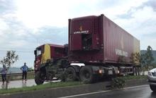 Xe container bay lên dải phân cách, chắn ngang quốc lộ 1A