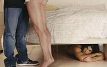 Chồng giấu tình nhân dưới gầm giường vì sợ vợ phát hiện