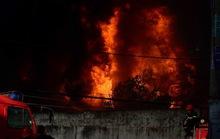Xưởng nhựa cháy rực trời, dân nháo nhào di tản