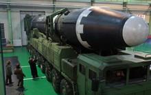 Ông Kim Jong-un như người tí hon bên cạnh tên lửa mới