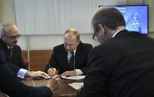 Ông Putin một mình đi nộp hồ sơ tranh cử tổng thống
