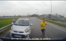 Tài xế taxi chạy ngược chiều còn hung hăng đòi đánh người