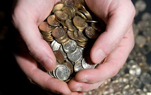 Nga: Doanh nhân trả nợ bảo hiểm bằng mấy bao tải tiền xu