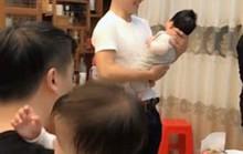 Chuyện lạ: Bố dỗ con nhỏ để mẹ thoải mái cụng ly