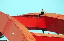 Người nước ngoài trồng cây chuối trên nóc cầu Bình Lợi