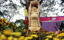 Mộc tượng sinh tử hút hàng tại chợ hoa Sài Gòn