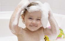 Trẻ uể oải vì tắm buổi tối?