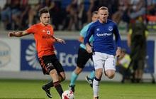 Sút bóng hụt, Rooney té sấp mặt ở Europa League