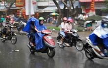 Mưa trái mùa, người Sài Gòn tất tả dọn đồ Tết