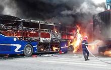 Xe khách tông xe đầu kéo, 2 xe bốc cháy dữ dội