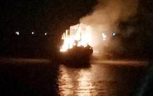 Tàu cá bất ngờ bốc cháy dữ dội trong đêm, 900 triệu ra tro